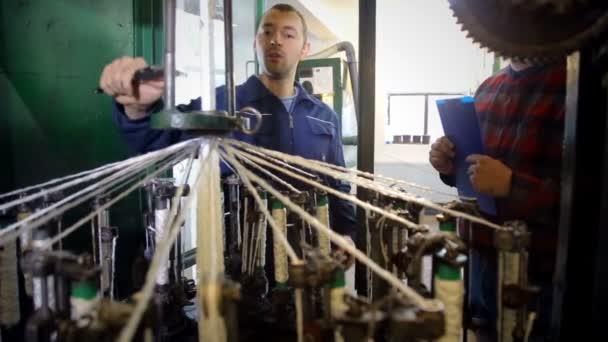 der Meister misst mit einer Noniumwaage - in der Seilfabrik