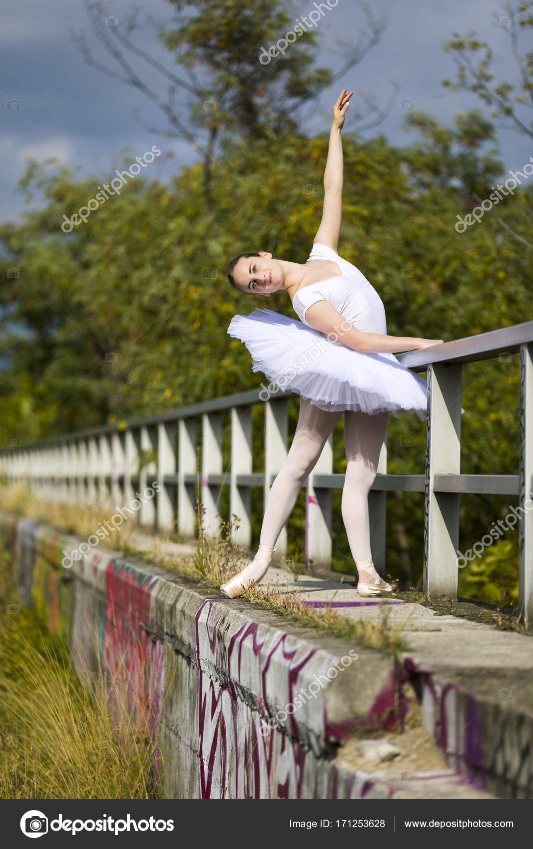 Vonzó balerina pózol egy kültéri korlát  — Stock Fotó © Ginkgofoto ... dd6d78ded2