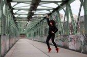 Fotografie Lebensstil Straße Porträt einer jungen schwarzen Frau mit lockigem Haar