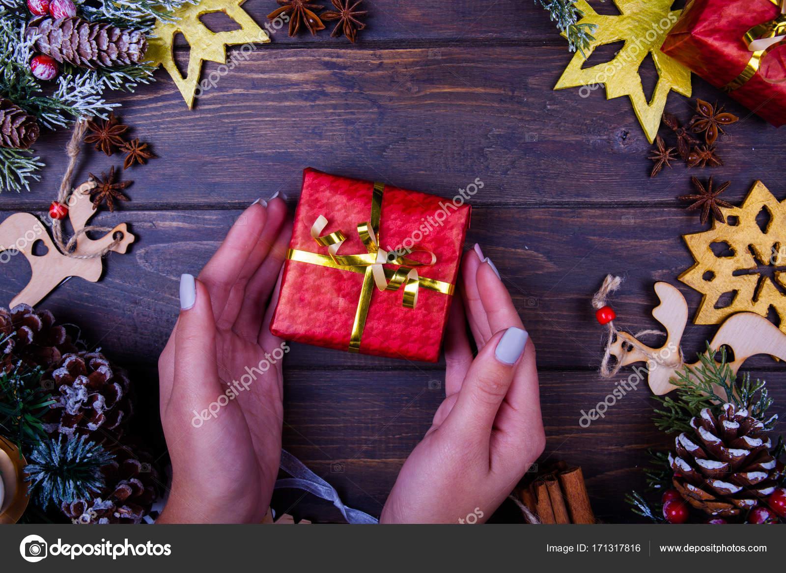 Weihnachten oder Silvester hölzernen Hintergrund umrahmt mit Saison ...