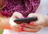 Smartphone v ženských rukou