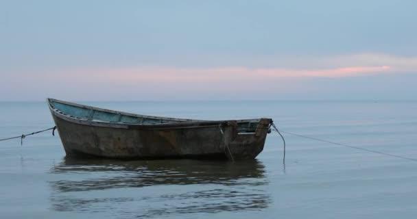 Idilli kép a szelíd kék égboltról a nyugodt tenger felett, előtérben a hajóval