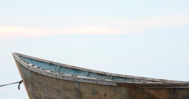 Idilli jelenet a szelíd kék ég felett a nyugodt tenger a hajó az előtérben