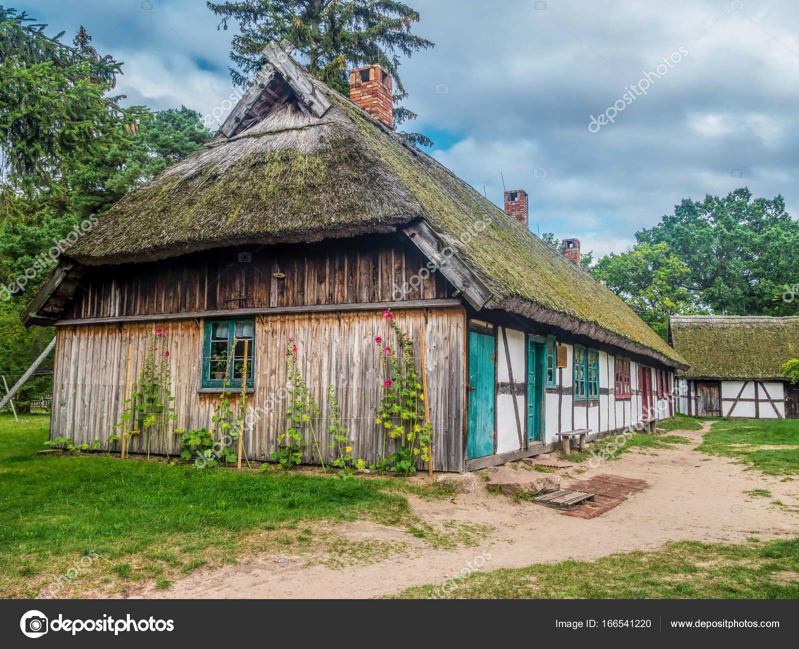 Alte hölzerne Gehöft in Stolper, Polen — Stockfoto © pryzmat #166541220