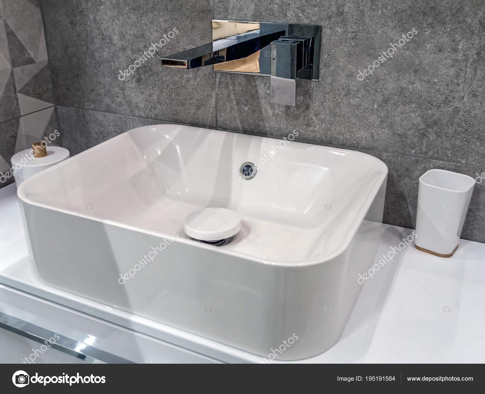 Lavabo bagno moderno u foto stock pryzmat