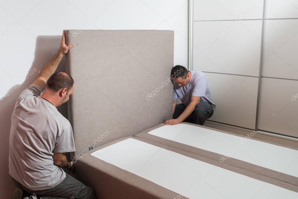 Möbelhersteller setzt Bett — Stockfoto © fotokostic #129797548