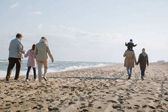 Fotografie multigenerational family walking on seashore