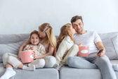 Fényképek családi kanapén