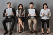 Fotografie schockiert multikulturellen Geschäftsleute mit Ordnern und Notizbücher warten auf Job-interview