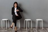 Fotografie lächelnde geschäftsfrau im Anzug warten auf Job-interview