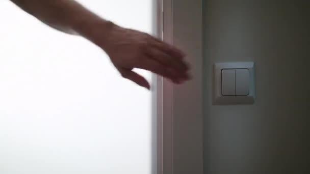 Una mano encender la luz en un cuarto oscuro — Vídeos de Stock ...