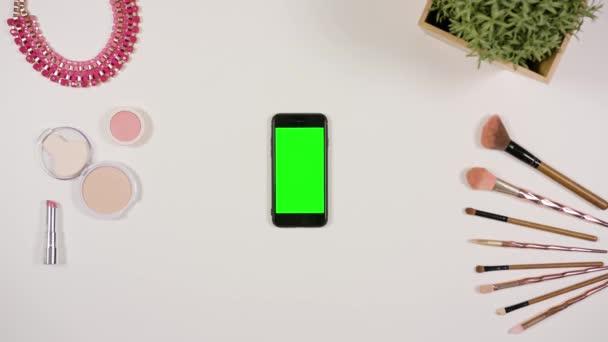 Na prst dotýká Smartphone s zeleným plátnem