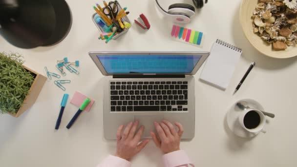 Dvě ruce, psaní na notebooku