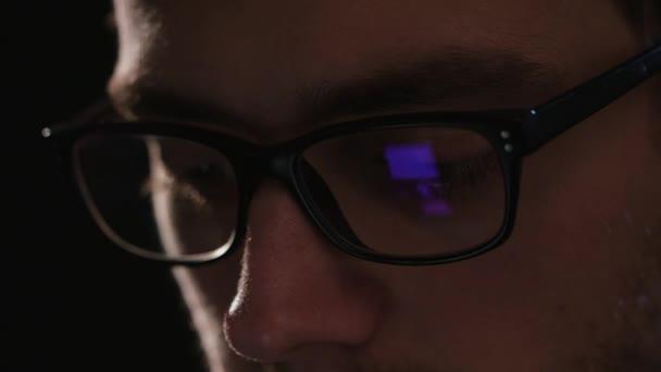 Close-up Mans tvář na černém pozadí