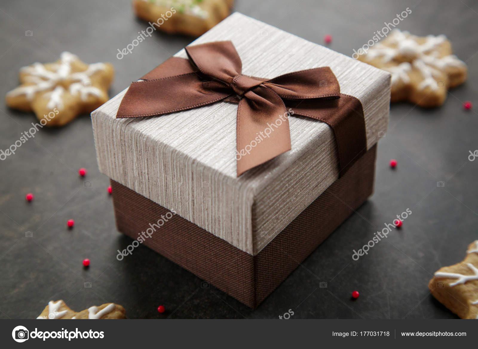 Braune Weihnachtskekse.Braune Geschenkbox Mit überraschung Stockfoto Dturphoto 177031718