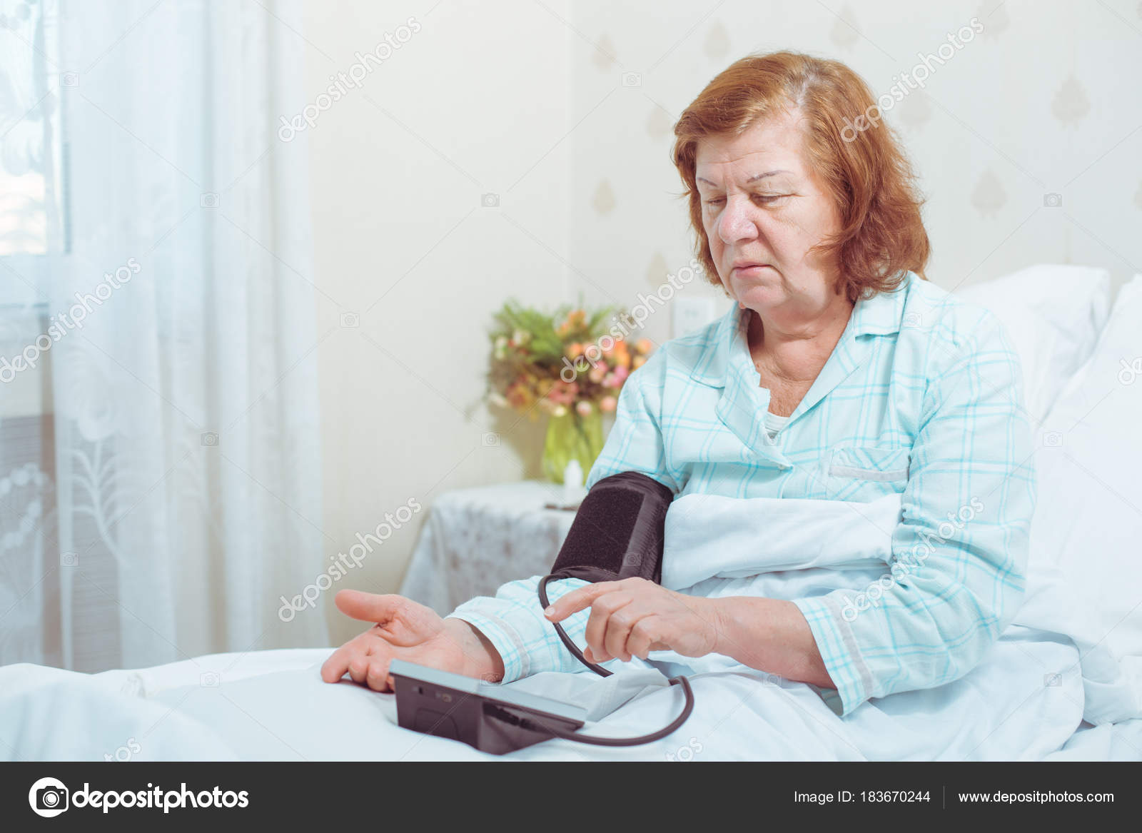 Планшете порно, пожилая женщина в кровати