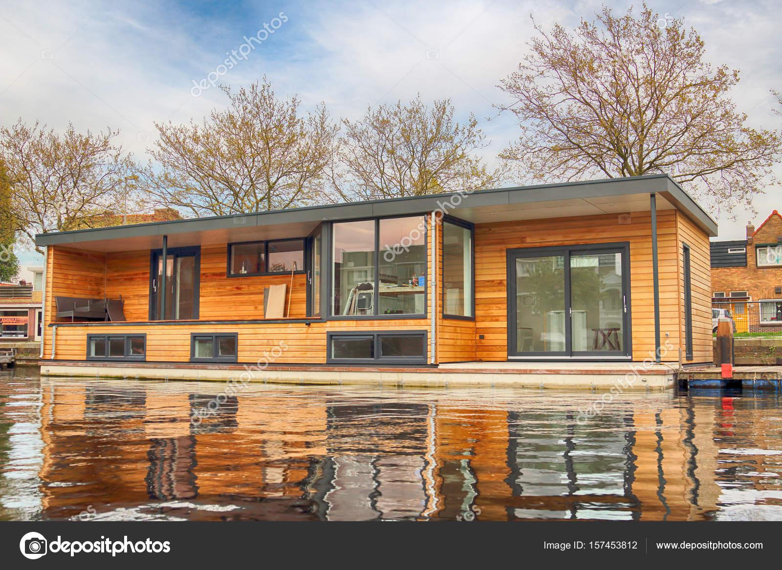 Haarlem, Pays-Bas - 30 avril 2017 : Maison moderne sur l\'eau. Vue ...