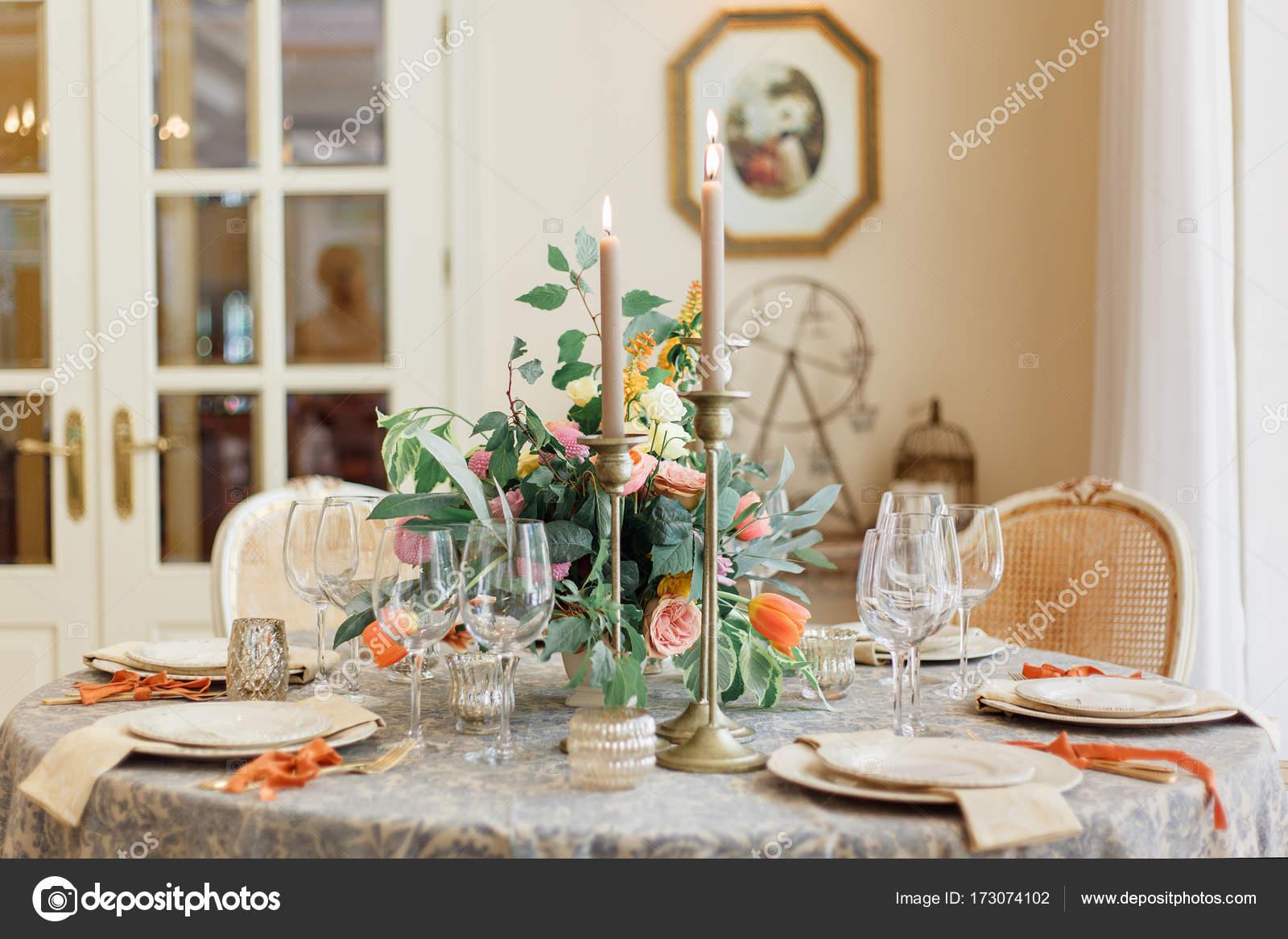Una mesa de comedor y cómodos sillones en una casa moderna ...