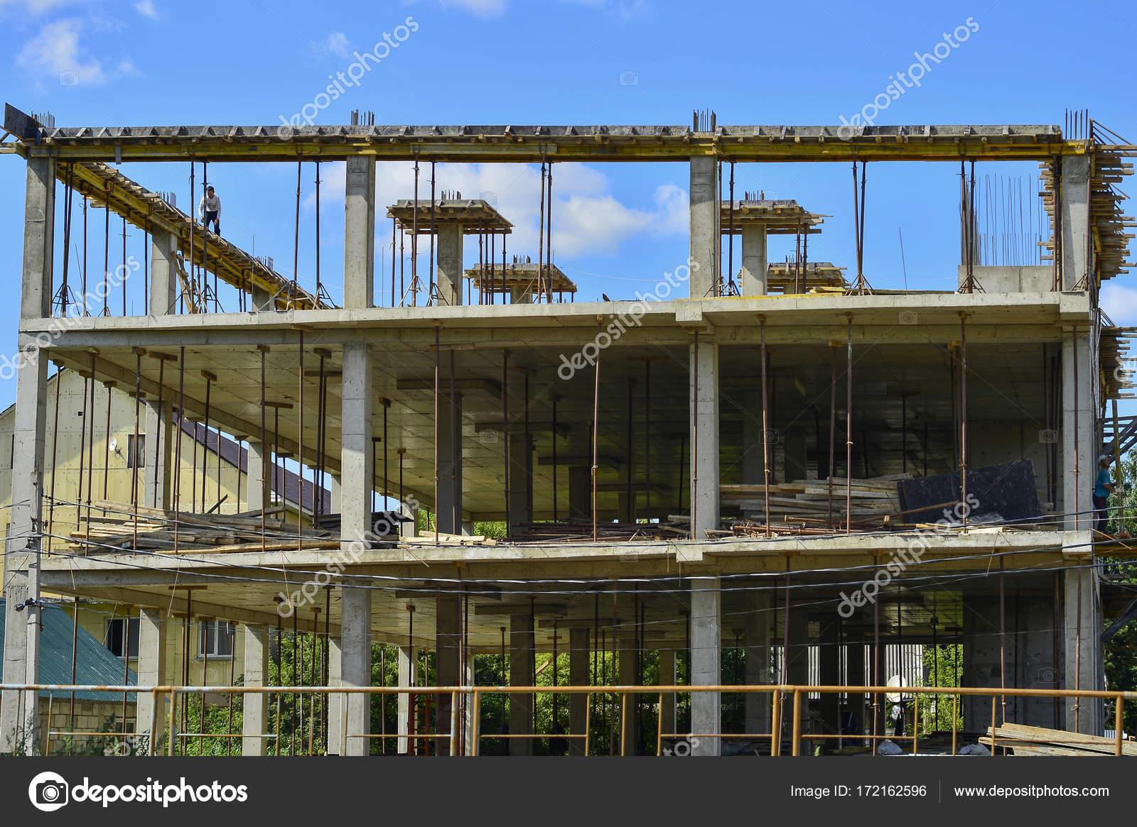 Die Rahmenkonstruktion der Pfähle, Platten, Balken des Neubaus ...