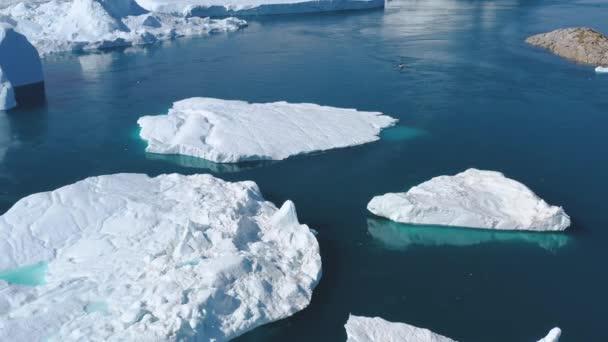 Eisberg und Gletschereis in arktischer Naturlandschaft auf Grönland. Drohnenaufnahmen aus der Luft von Eisbergen im Ilulissat-Eisfjord. Vom Klimawandel und der globalen Erwärmung betroffen.