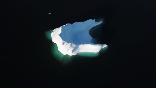 Eisberg und Gletschereis in arktischer Naturlandschaft auf Grönland. Drohnenaufnahmen aus der Luft von Eisbergen im Eisfjord von Ilulissat. Klimawandel und globale Erwärmung.