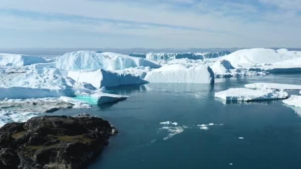 Globale Erwärmung und Klimawandel - Riesiger Eisberg vom schmelzenden Gletscher in Ilulissat, Grönland. Luftdrohne der arktischen Naturlandschaft, berühmt für ihre starke Beeinträchtigung durch die globale Erwärmung.