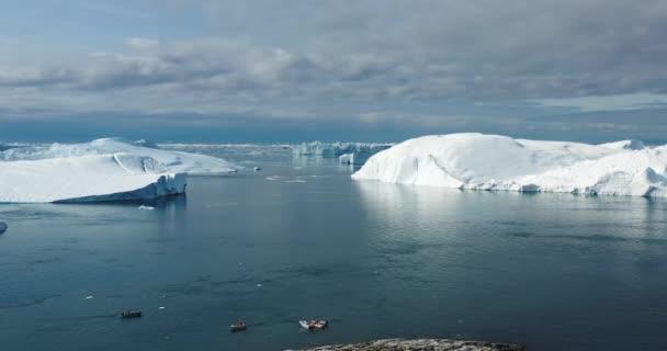 Jéghegy és jég a gleccserből a sarkvidéki tájban Grönlandon. Légi felvétel jéghegyekről Ilulissat Ice Fjordban. Az éghajlatváltozás és a globális felmelegedés hatása.
