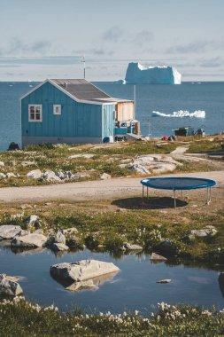 Qeqertarsuaq, Disko körfezi bölgesi Grönland ve Ilulissat 'ta buzdağı olan tipik ahşap renkli balıkçı evi. Kuzey Kutbu 'ndaki tipik mimari. Yaz ve mavi gökyüzü.