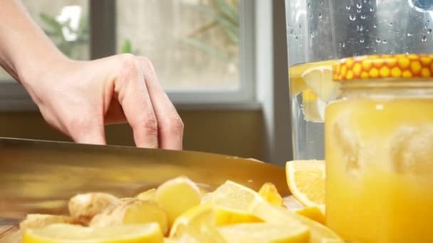 Femmes mains coupées en morceaux de gingembre racine pour une boisson à  base d agrumes cba41635ce6