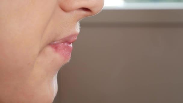 Close-up. die jungen Mund kauen. 4 k. der junge leckt sich die Lippen.
