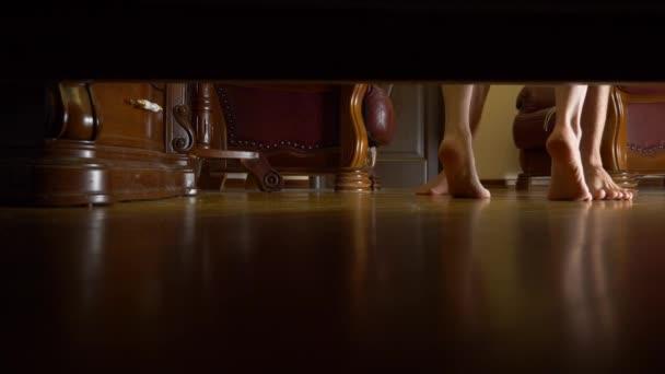 Camere Da Letto Maschili : K maschili e femminili piedi vista da sotto il letto uomo e