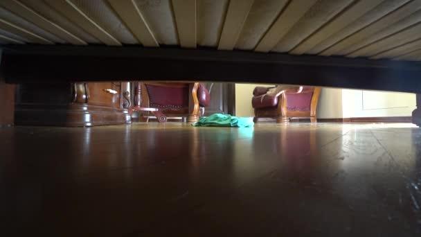4k, ženské nohy, zobrazit zpod postele. žena z postele a dostane oblečený