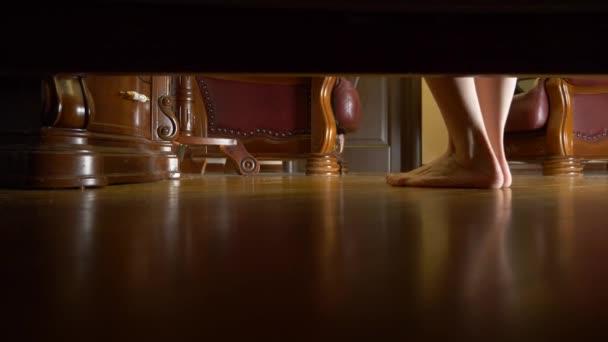 4K, vista da sotto il letto. piedi femminili. una donna pulisce i suoi piedi e va a letto