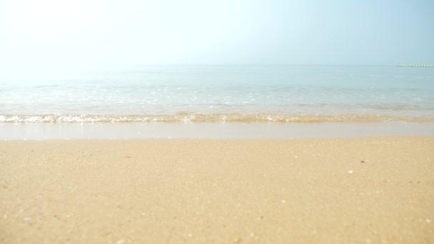 arany homok, fehér-tenger hab és a kék ég, a tengerpart és a trópusi tengeri hullám mozgás, nyári idő a pihenésre és a kikapcsolódásra. 4k, lassú mozgás