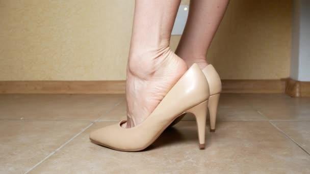 Zblízka. žena ruky pomocí lepící bandáž. žena lepí náplast na callos na noze. 4k