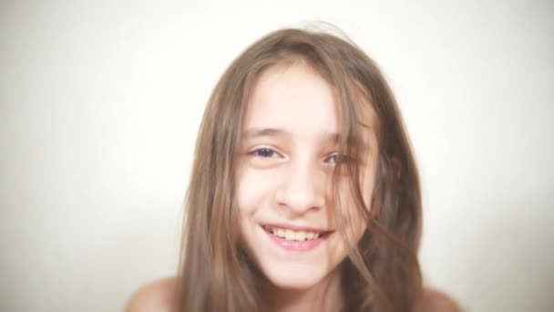 Veselá dívka se dívá na kameru. closeup úsměv 4k