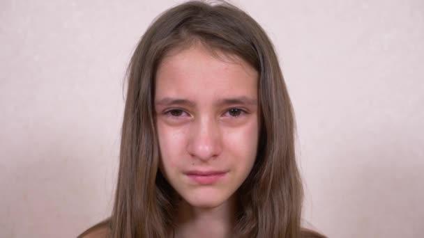 dospívající dívka pláče, při pohledu do kamery. 4k