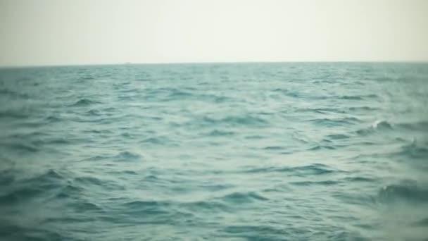 vrtule motoru konve vody v vlny a probudí. Proud vody z vrtule lodí na otevřeném moři. 4k, detail