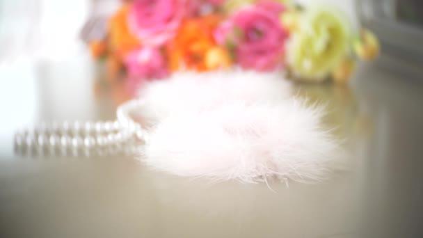 Pelz Handschellen. schöne exquisite Sex-Spielzeug für Erwachsene auf einem Tisch in der Nähe des Spiegels im Schlafzimmer. 4k, Zeitlupe, Nahaufnahme