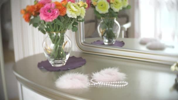 Fellhandschellen. schöne exquisite Sexspielzeuge für Erwachsene auf einem Tisch neben dem Spiegel im Schlafzimmer. 4k, Zeitlupe, Nahaufnahme