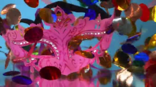 konfetti, álarcos maszk és szerpentin víz alatt, kék alapon