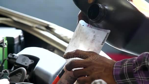 Detailní záběr ruky Auto mechanik měnící převodový olej mazivo do převodovky Transaxle v garáži