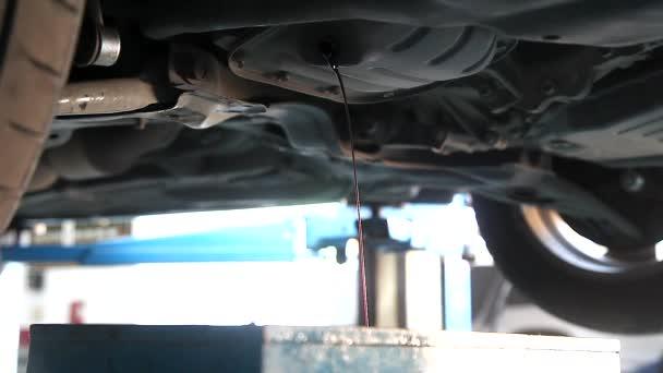 Auto mechanik odvodnění olej pod auto vlek v garáži