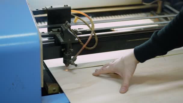 Legno di taglio della macchina CNC con un laser. Macchina CNC al lavoro. Close-up.