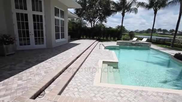 pohled na exteriér luxusní moderní domov s bazénem a přírodní zahradě
