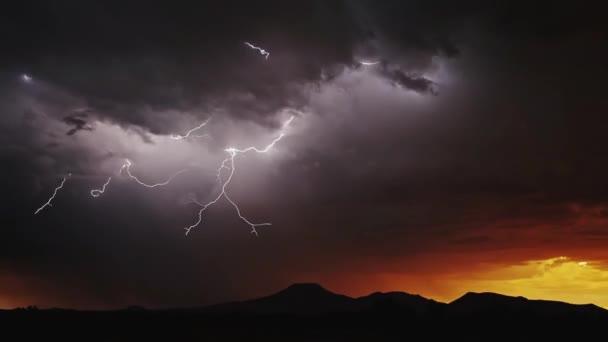 Blesky nad město během silné bouřky