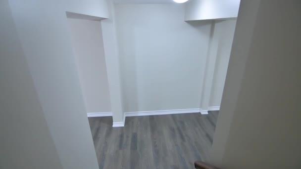 Prázdné prostorné místnosti bez nábytku v novém bytě