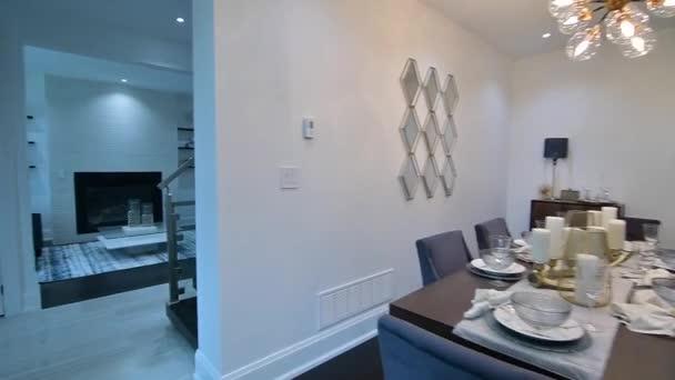 Interiér kuchyně a jídelna krásné vesnického domu