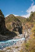 Fotografie visuté mosty přes horská řeka