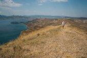 Fotografie Žena v horách s výhledem na moře